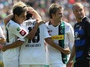 Alle bejubeln mit Arango den Gladbacher Führungstreffer, während FSV-Verteidiger Voigt zweifelnd zuschaut.