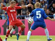 Kölns Podolski (li.) im Duell mit Janssen.