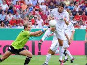 Neckarelz-Keeper Florian Hickel rettet gegen Mario Gomez.
