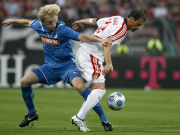 Entscheidend gestört: Hoffenheims Beck (li.) gegen Nürnbergs Bunjaku.