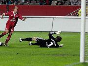Torschütze Sam sieht dem Ball hinterher, Leverkusens Adler liegt derweil geschlagen am Boden.