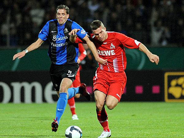 Lukas Podolski (re.) gegen Gustav Schulz