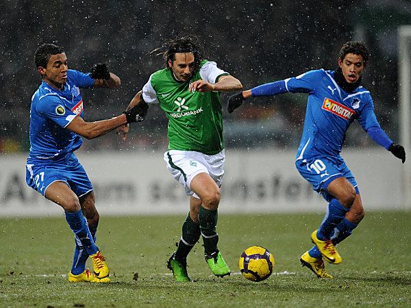 Pizarro gegen Luiz Gustavo (li.) und Carlos Eduardo