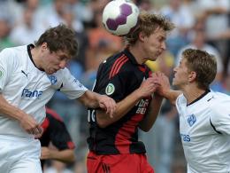 Ernst (li.) und Graf nehmen Kießling in die Zange