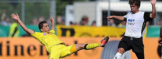 Dortmunds Sahin gibt gegen Hess (re.) alles.
