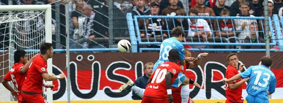 Andreas Richter (blaues Trikot) erzielt das 1:0 für den Chemnitzer FC.