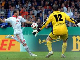 Club-Torjäger Albert Bunjaku hämmert die Kugel an Lengsfeld vorbei ins Netz.