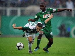 Karim Ziani (VfL Wolfsburg, links) und Daniel Chitsulo (Preußen Münster)