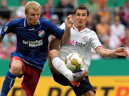Mariusz Kukielka (li.) gegen Miroslav Klose
