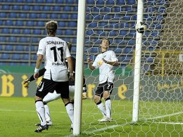 Die Wende für den FCA: Kapllanis Ball trudelt zum 2:3-Anschluss in das Tor des SV Sandhausen.