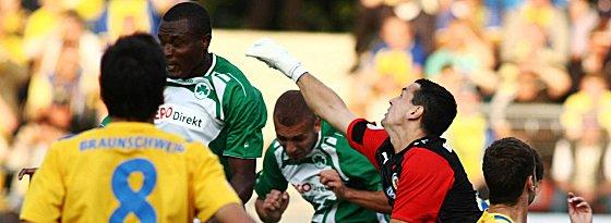 Petkovic faustet den Ball vor seinem ehemaligen Kollegen Onuegbu weg.