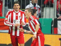 Doppelpack: Bayerns Bastian Schweinsteiger bejubelt den ersten seiner beiden Treffer mit Mario Gomez.