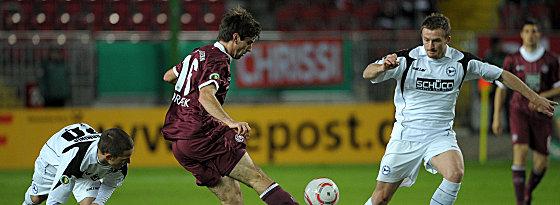 Bielefelds Berisha (re.) will Moravek den Ball abluchsen