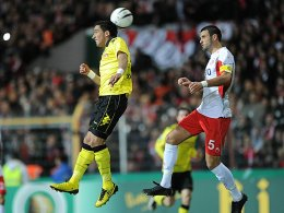 Dortmunds Barrios (li.) und Offenbachs Kopilas steigen zum Kopfball hoch