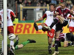 Der erste Streich: Simons (re.) staubt zum 1:0 ab, alle Offenbacher gegenwehr ist vergebens.