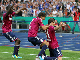 Sarpei, Raul und Torschütze Draxler (v.li.) bejubeln das 1:0