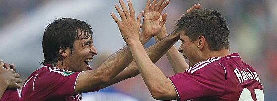 Schalkes Raul freut sich mit Huntelaar über dessen 2:0