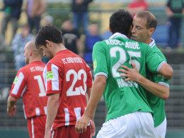 Mohammed Abdellaoue jubelt mit Jan Schlaudraff über das 1:0, Michael Borchert (23) ist bedient