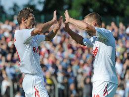 Podolski und Novakovic (li.) klatschen ab