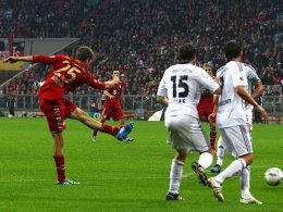 Gleich ist's passiert: Thomas Müller zieht mit links ab, Pisot (nicht im Bild) lenkt den Ball ins Netz.