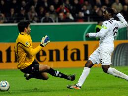 Der Moment der Entscheidung: Lauterns Sukuta-Pasu überwindet Frankfurts Keeper Nikolov kurz vor dem Elfmeterschießen.