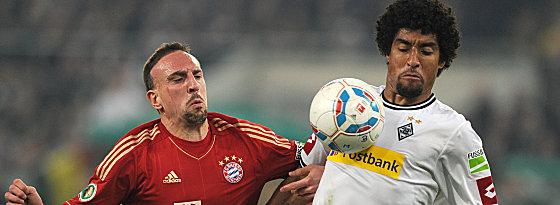 Ribery gegen Dante (re.).