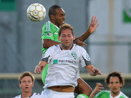 Wolfsburgs Naldo überspringt Henning