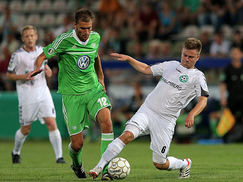 Wolfsburgs Dost gegen Köhn (re.)