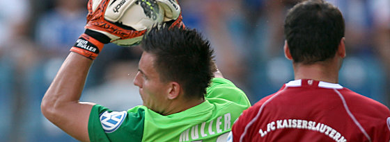 Rostocks Müller ist vor Bunjaku am Ball