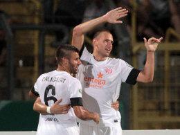 Caligiuri gratuliert Szalai zum Treffer.