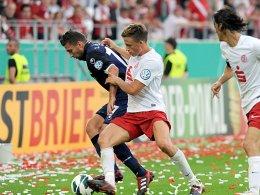 Unions Mattuschka schirmt gegen Essens Koep den Ball ab.