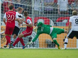 1:0 für Sandhausen, Torschütze Frank Löning (SVS, Zweiter von links)