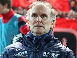 Gebannt verfolgt der Wormser Trainer Ronald Borchers die Partie gegen den 1. FC Köln.