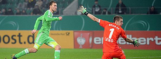 Bas Dost, Bernd Leno (v.li.)