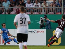 Beinschuss: FCN-Angreifer Daniel Ginczek tunnelt Sandhausens Keeper Manuel Riemann.