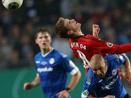 Pokalfight auf der Bielefelder Alm: Leverkusens Bender (oben) im Duell mit dem Bielefelder Riese.