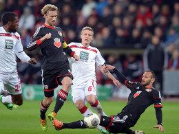 Kampf ums Halbfinalticket: Die Leverkusener Rolfes (2. v.li.) und Toprak (re.) klären gegen FCK-Mittelfakteur Ring (2. v. re.).