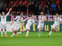 Der Siegtreffer: Jenssen (mi.) wird nach einem Tor von seinen Teamkameraden beglückwünscht