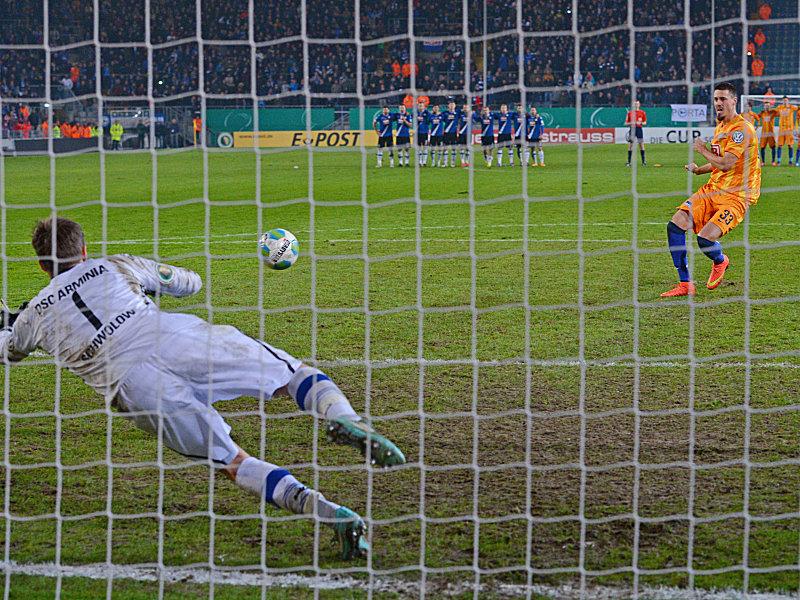 Alexander Schwolow gegen Sandro Wagner