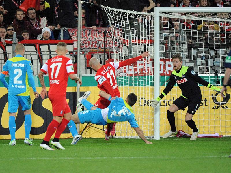 Dominic Maroh geht mit allem was er hat gegen Dani Schahin zu Werke - für Referee Manuel Gräfe war dies nicht elfmeterwürdig genug.