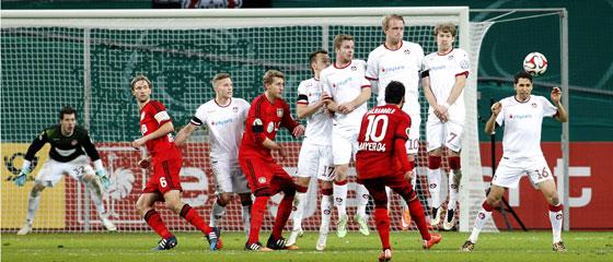 Der Meisterschütze geht seiner Profession nach: Hakan Calhanoglu trifft rechts an der Mauer vorbei zum 1:0.