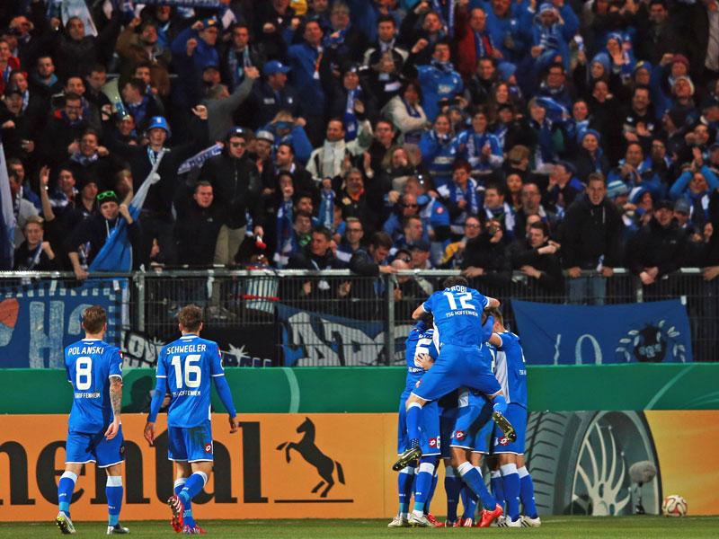 Jubel über das 2:0: Die Hoffenheimer Mannschaft freut sich vor den eigenen Fans.
