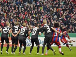 Alaba zirkelt den Ball über die Braunschweiger Mauer - und trifft zur Führung.