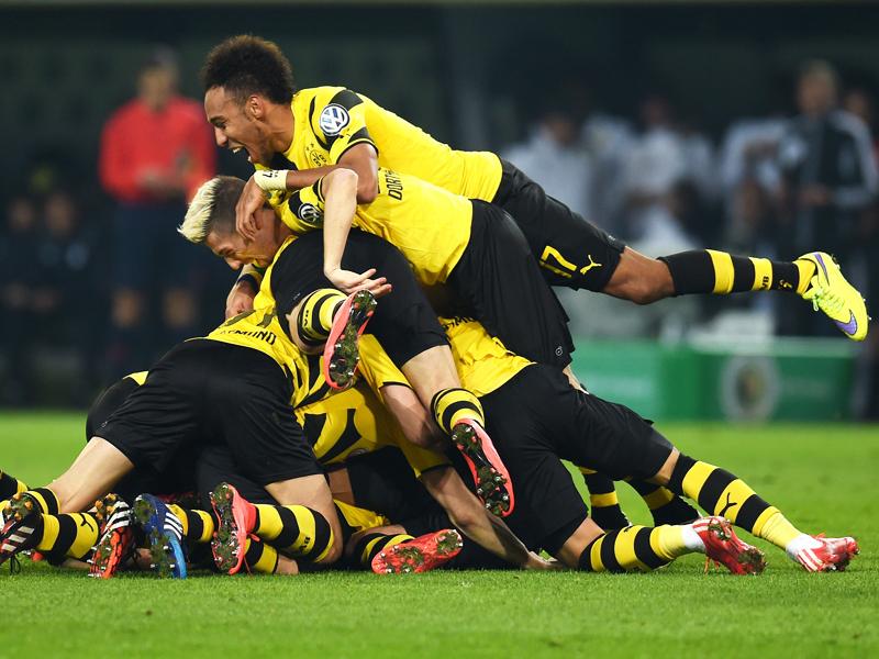 Jubeltraube nach dem 3:2: Torschütze Sebastian Kehl wird von seinen Mitspielern überrannt.