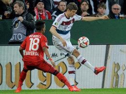 Thomas Müller (re.) mit feinem Füßchen gegen Wendell, der Brasilianer schaut nur zu.