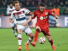 Mario Götze (li.) im Duell mit Roberto Hilbert: Leverkusen verteidigte konsequent.