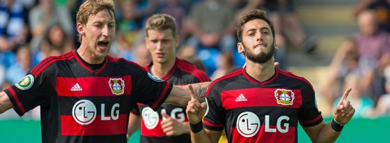 Leverkusens Hakan Calhanoglu (re.) bejubelte sein Tor. Stefan Kießling kam jubelnd hinzu.