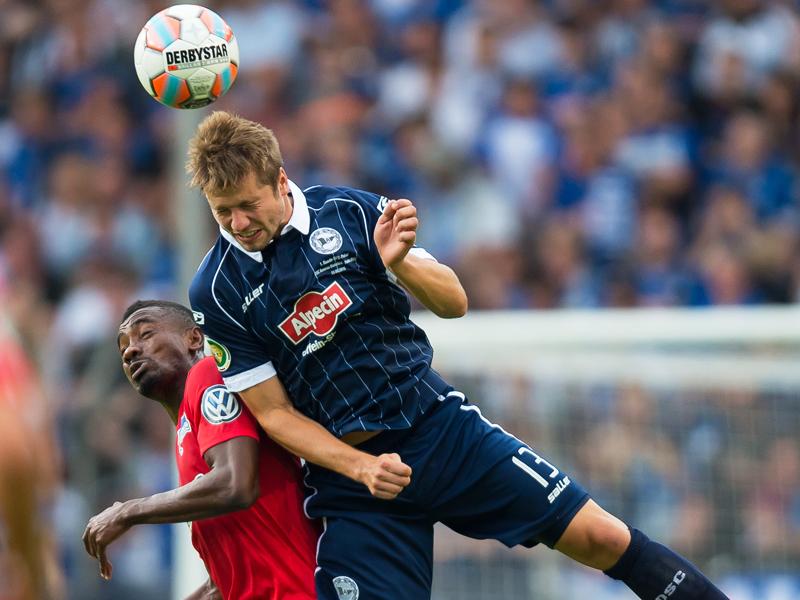 Lange hielten die Bielefelder samt Julian Börner (re.) Berlins Salomon Armand Kalou in Schach. Doch dann traf der Stürmer zum 1:0.