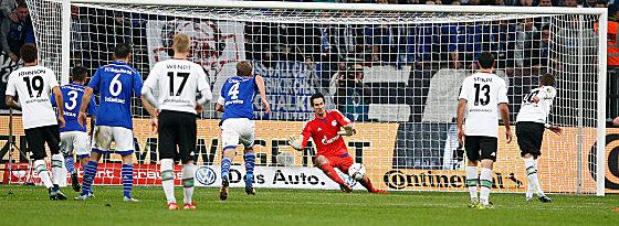 Thorgan Hazard überwindet Michael Gspurning zum finalen 2:0.