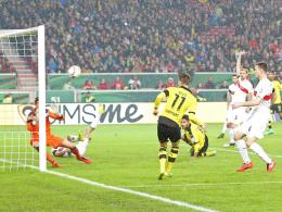 Tor nach fünf Minuten: Marco Reus (Mitte) nagelt das Leder unter den Querbalken.